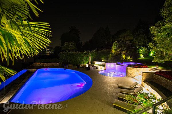 illuminazione e arredo di design per una festa in piscina