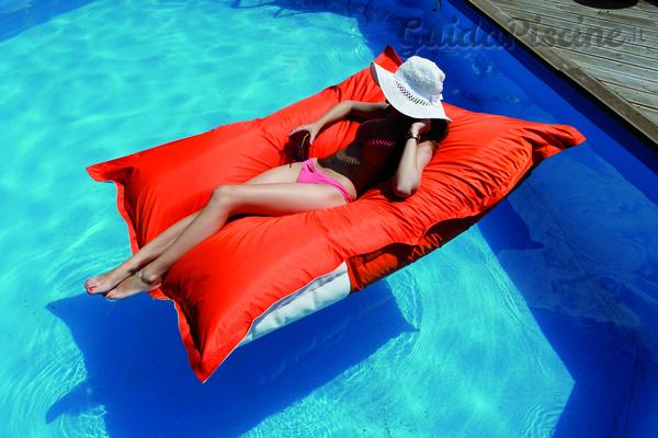 A pelo d 39 acqua con sdraio e lettini galleggianti for Sdraio bordo piscina