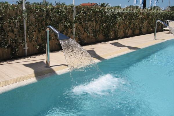 Fontane e cascate per piscina il lusso delle spa a casa - Cascate per piscine ...
