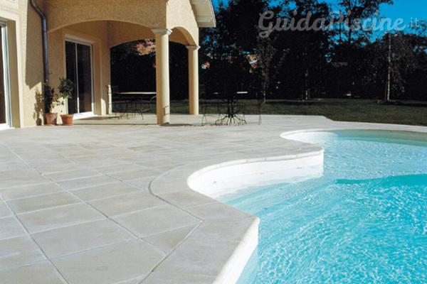 Il podio dei bordi perimetrali in piscina for Bordi per piscine prezzi