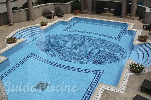 Vantaggi e svantaggi del mosaico in piscina guidapiscine.it