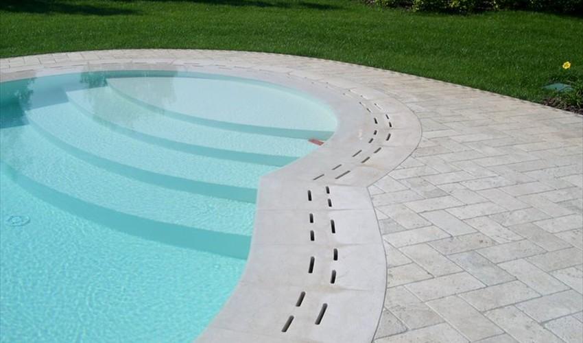 Griglie sfioro in marmo per una piscina esclusiva for Quanto costa un giro in piscina per costruire