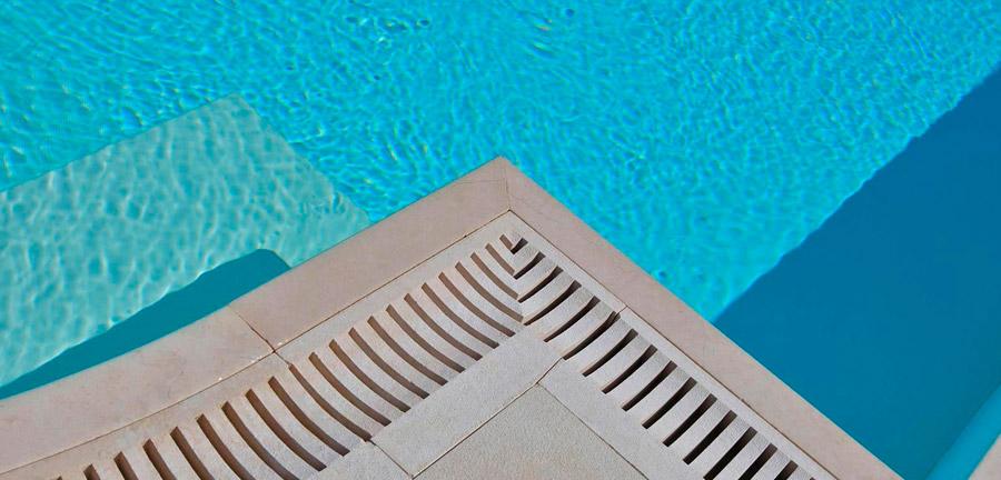 Griglie sfioro in marmo per una piscina esclusiva for Bordi per piscine prezzi