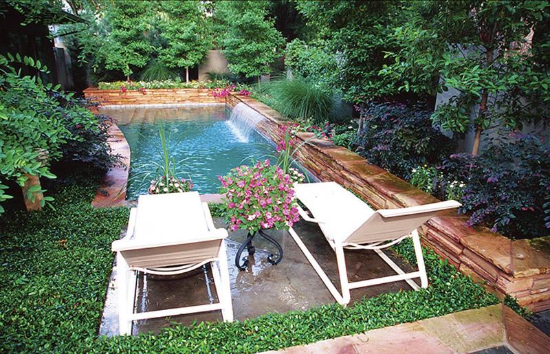 Piccole piscine per piccoli giardini for Giardini moderni piccoli